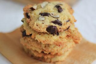 piles de cookies au chocolat et noisettes