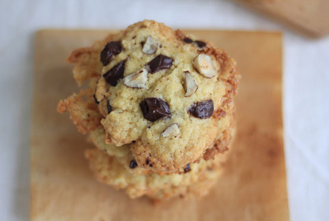 cookie au chocolat et aux noisettes en gros plan
