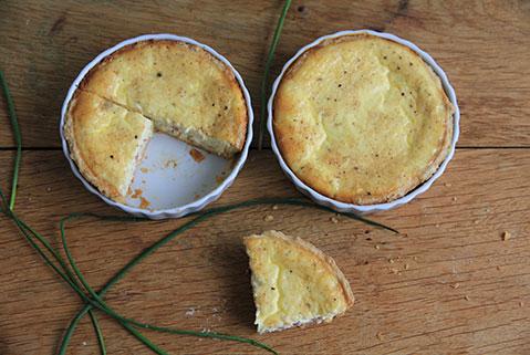 recette d'une quiche lorraine facile et saine présentée dans des petits moules à tartelettes