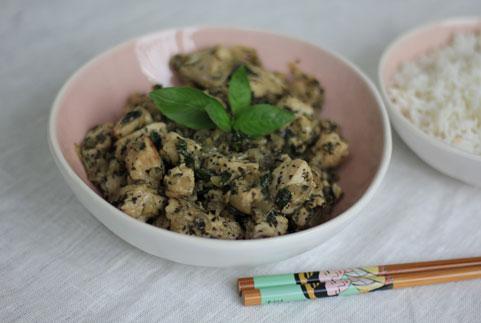 recette de poulet au basilic présenté avec du riz et du basilic frais