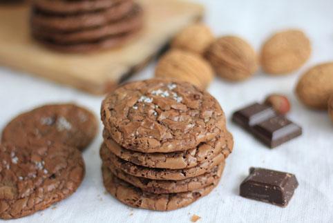 biscuits au chocolat présentés en pile