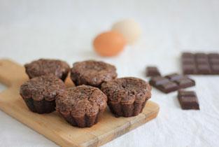 gâteaux au chocolat en version individuelle présentés sur une planche en bois