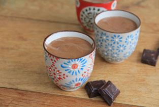 mousse au chocolat présentée en portions individuelles