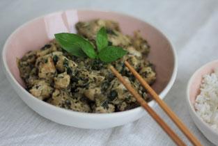 poulet au basilic à déguster avec des baguettes et du riz