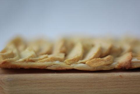 photo d'une tarte fine aux pommes sur une pâte feuilletée