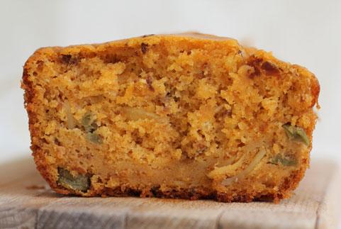 photo d'un cake au thon à la tomate, olives vertes et amandes